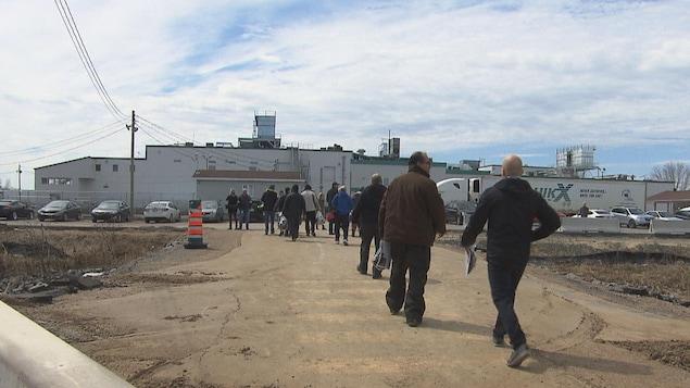 Des employés arrivent à l'usine Olymel à Yamachiche