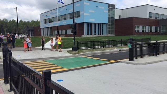 La nouvelle école de la Croisée. On voit des élèves et une brigadière.