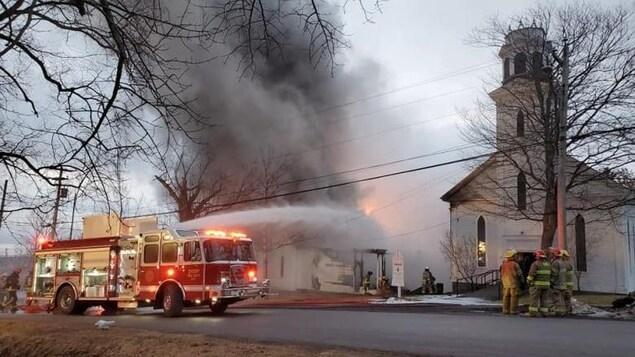 Un bâtiment en feu.