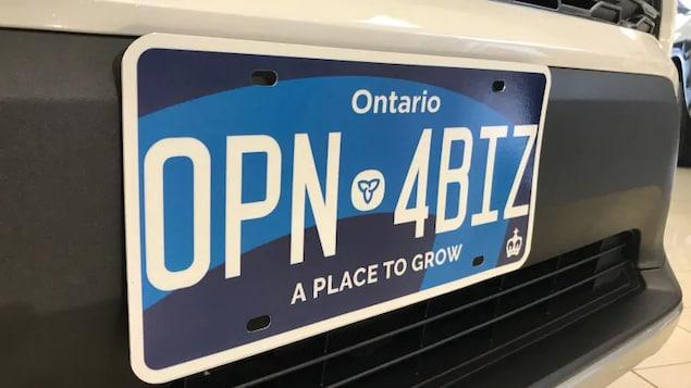 Une nouvelle plaque à l'avant d'un véhicule.