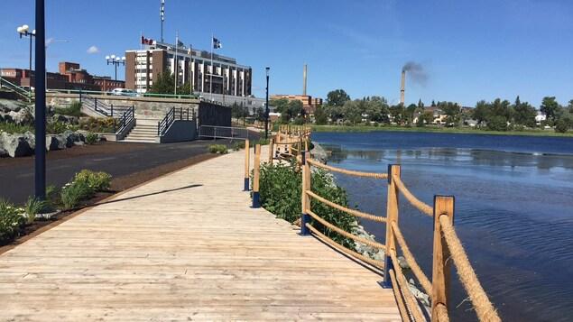 Une promenade en bois longe un lac au centre-ville de Rouyn-Noranda.