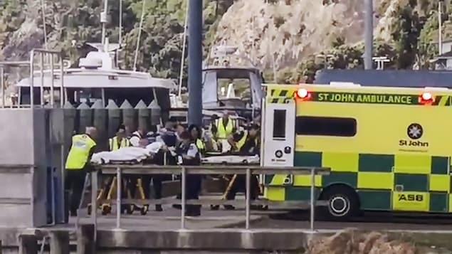 Une ambulance sur un quai.