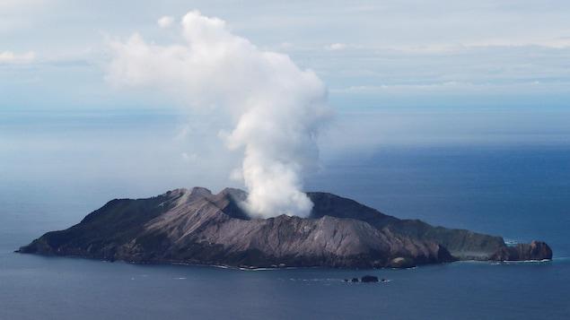 Vue aérienne du volcan et de l'île.