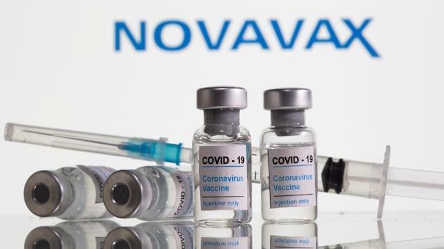 Des fioles de vaccin et une seringue.