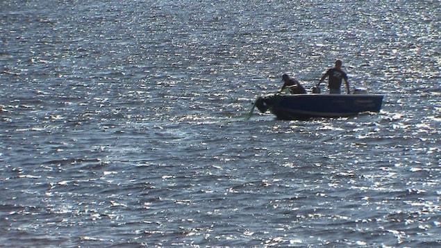 Des sauveteurs à la recherche d'une personne disparue.