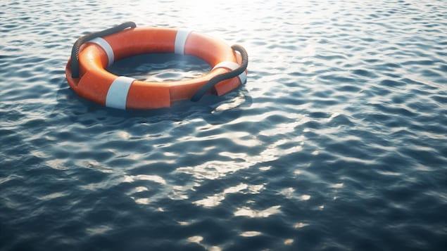 Une bouée de sauvetage sur l'eau.