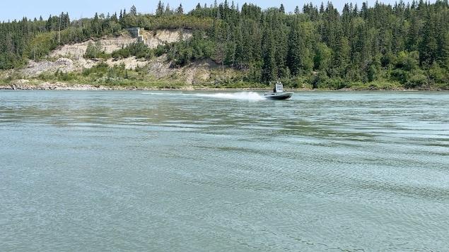 Un bateau de patrouille sur la rivière Saskatchewan Nord, à Edmonton.