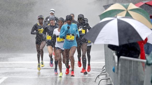 La pluie, le froid et le vent ont ennuyé les participants du 112e marathon de Boston