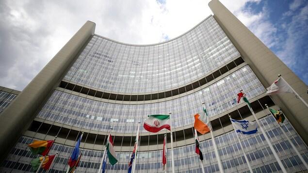 L'entrée de l'Agence internationale de l'énergie atomique à Vienne avec les drapeaux des membres.