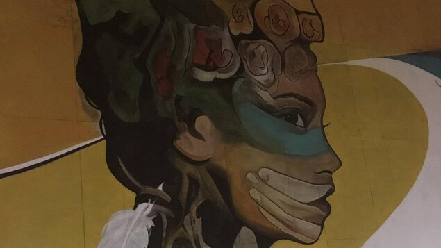Peinture murale de Mike Valcourt sur l'avenue James dans le cadre de Nuit Blanche Winnipeg
