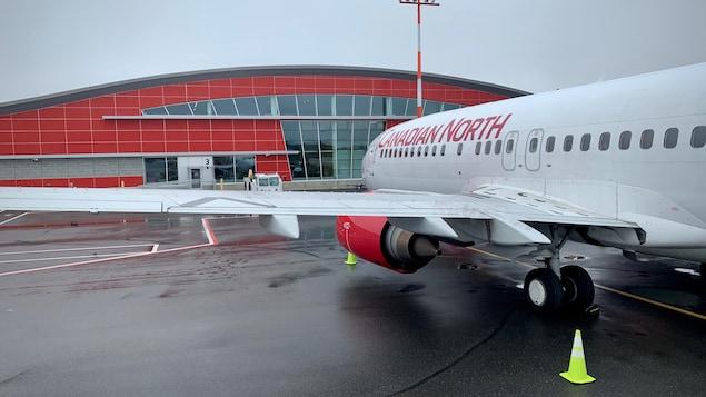 Un avion devant l'aérogare d'Iqaluit.