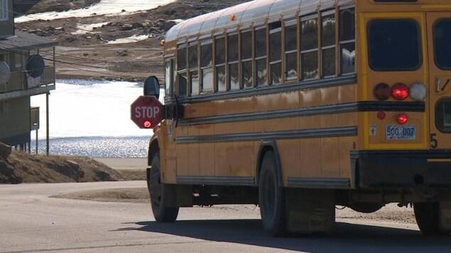 Un autobus scolaire dans une rue d'Iqaluit, au Nunavut.