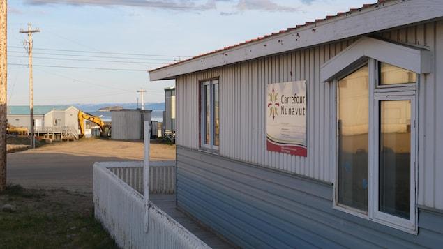 Façade d'un édifice avec une enseigne indiquant Carrefour Nunavut.