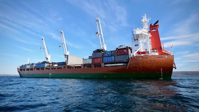 Des conteneurs sont empilés sur un navire de ravitaillement.