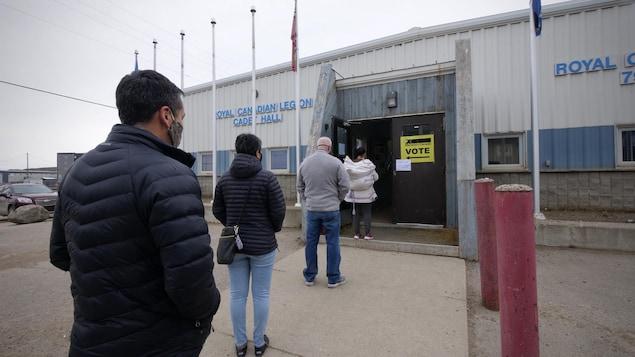 Des résidents d'Iqaluit attendent en file pour voter.