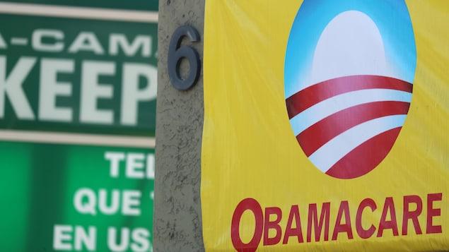 Une affiche faisant la promotion de l'Obamacare est posée sur un édifice.