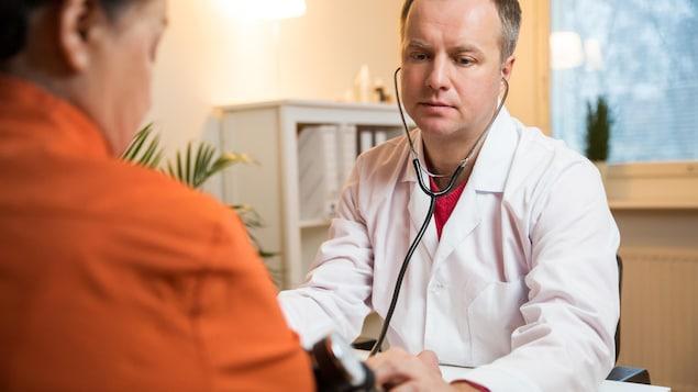 Un médecin avec un patient obèse