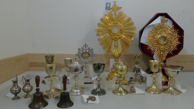 Différents objets religieux saisis par la police et exposés sur une table