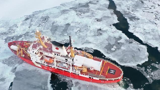 Le navire vu de haut dans les glaces du Saint-Laurent.