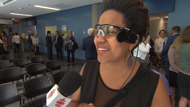 Sandra Cassel est la première Québécoise à s'être fait implanter un « oeil bionique ». Elle porte des lunettes auxquelles une caméra est fixée.