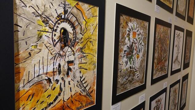 Des oeuvres d'art sont disposées sur un mur.