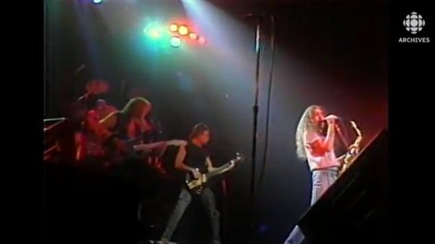 Gerry Boulet qui chante sur scène.