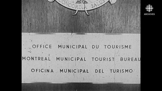 Enseigne en trois langues de l'Office municipal du tourisme.