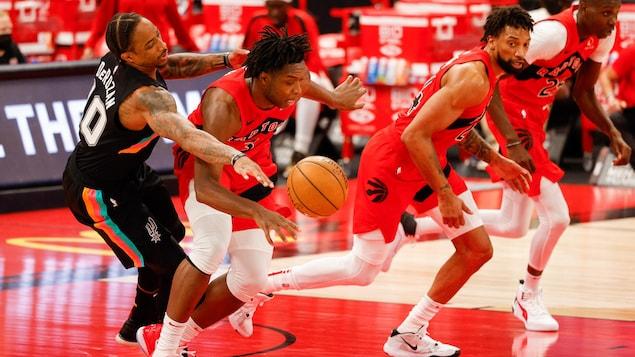 L'ailier des Raptors tente de capter un ballon libre devant son adversaire DeMar DeRozan.