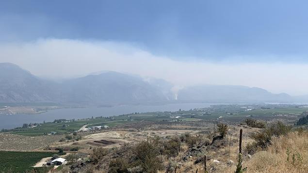 La fumée des feux Nk'Mip Creek est visible depuis le lac Osoyoos.