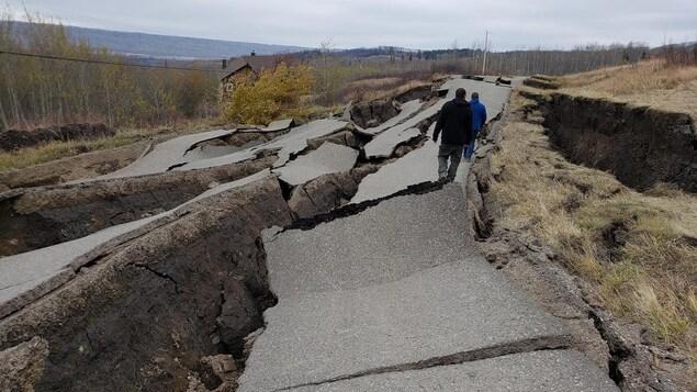 Une route détruite par un glissement de terrain.