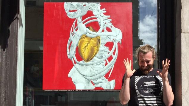 L'artiste devant la galerie d'art