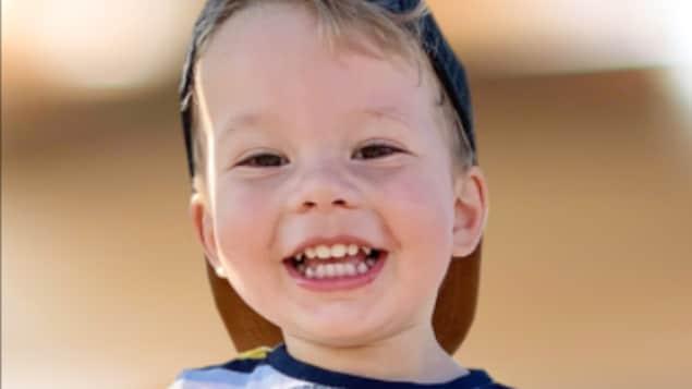 Photo de la notice nécrologique du petit garçon, souriant.