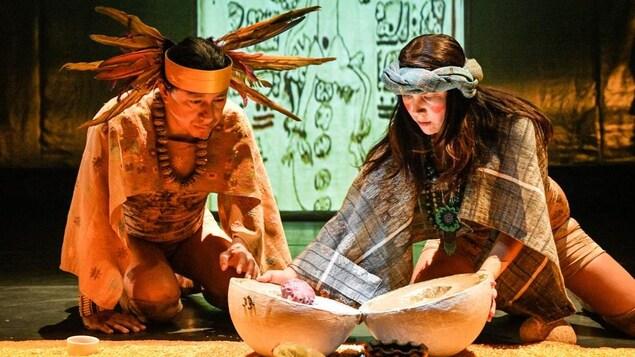 Les deux acteurs Leticia Vera et Carlos Rivera Martinez sont sur la scène pendant leur spectacle Tlakentli.