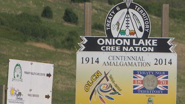 Des pancartes qui montrent le logo de la Première Nation crie d'Onion Lake.
