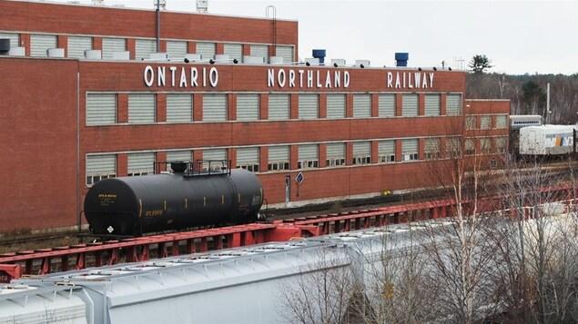 Vue extérieure des ateliers de réparation de la Commission de transport Ontario Northland à North Bay, en Ontario.