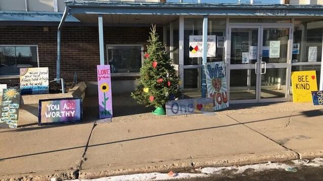 Des pancartes avec des messages d'encouragement pour les sans-abri sont posées devant la porte d'entrée du centre civique de Wetaskiwin.