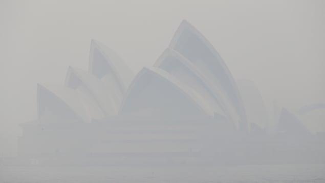L'opéra de Sydney derrière un épais voile de fumée