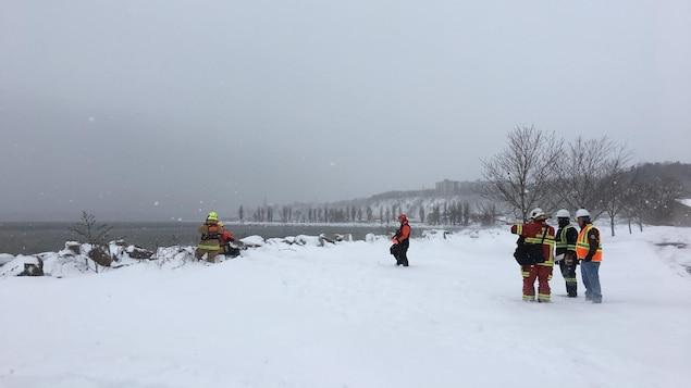 Opération de sauvetage sur le fleuve Saint-Laurent, à Québec, pour secourir l'équipage d'un canot à glace qui a chaviré.