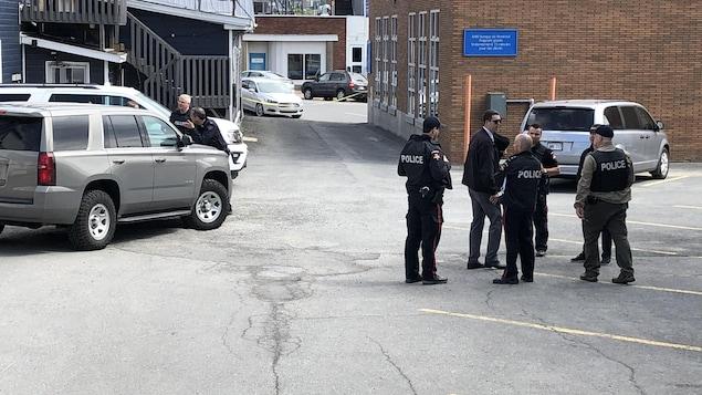 Des agents devant une scène de crime.