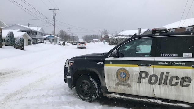 Une voiture de la Sûreté du Québec bloque une partie de la rue Rivest.