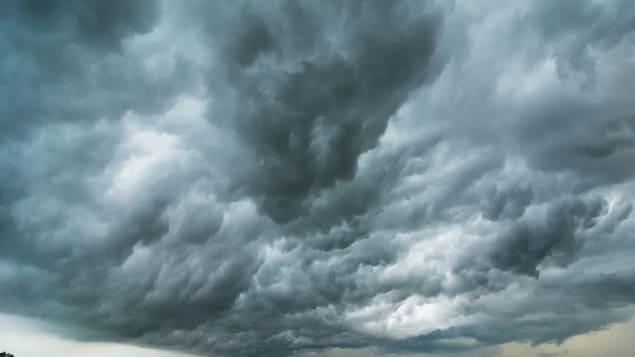Un ciel orageux au-dessus d'un champ.