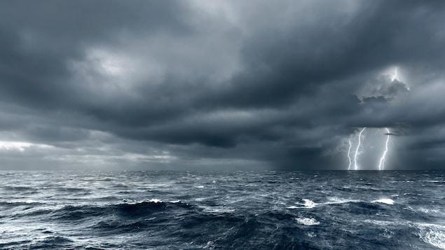 Un orage au-dessus de l'océan.