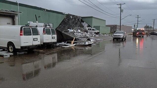 Une structure d'un bâtiment effondrée sur la chaussée.