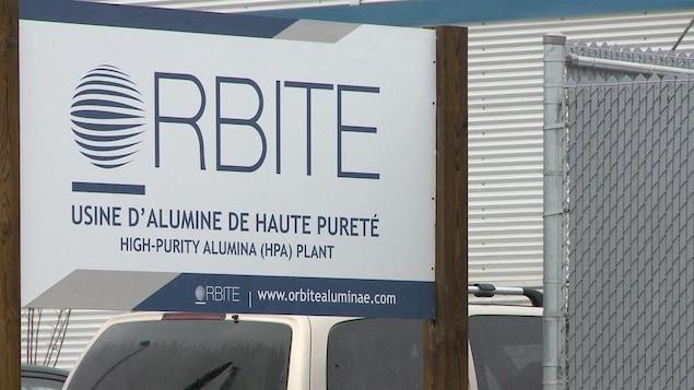 Une pancarte devant une usine