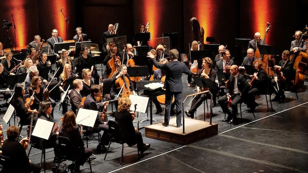 L'Orchestre symphonique de Winnipeg performe à la salle du Centenaire.