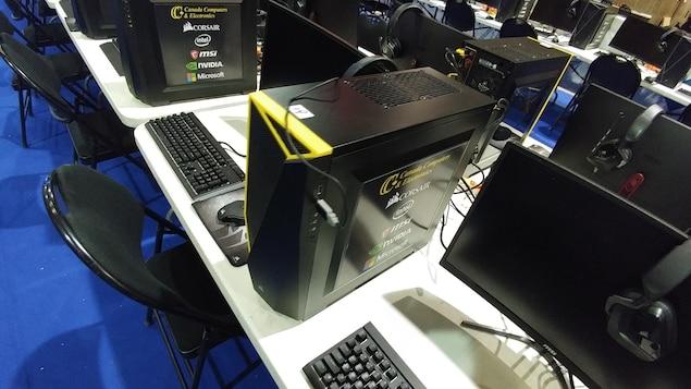 Plusieurs dizaines d'ordinateurs sont installés sur de longues tables.