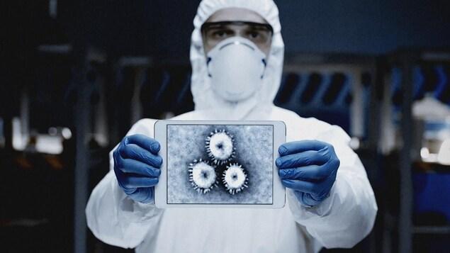 Un homme en tenue de laboratoire présente une image d'un virus.