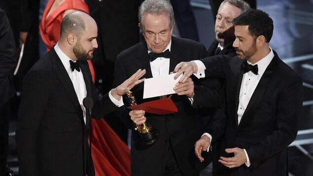 Le producteur de «La La Land» Jordan Horowitz, le présentateur Warren Beatty et l'animateur Jimmy Kimmel regardent l'enveloppe annonçant «Moonlight» comme meilleur film aux Oscars, le 26 février 2017