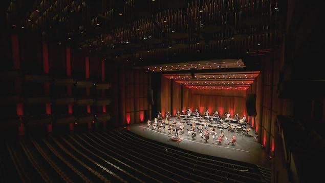 L'Orchestre symphonique de Québec sur la scène du Grand Théâtre de Québec.