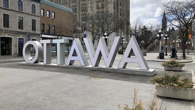 Le «Ottawa» géant qui se situe dans le Marché By. Derrière, les rues sont vides.